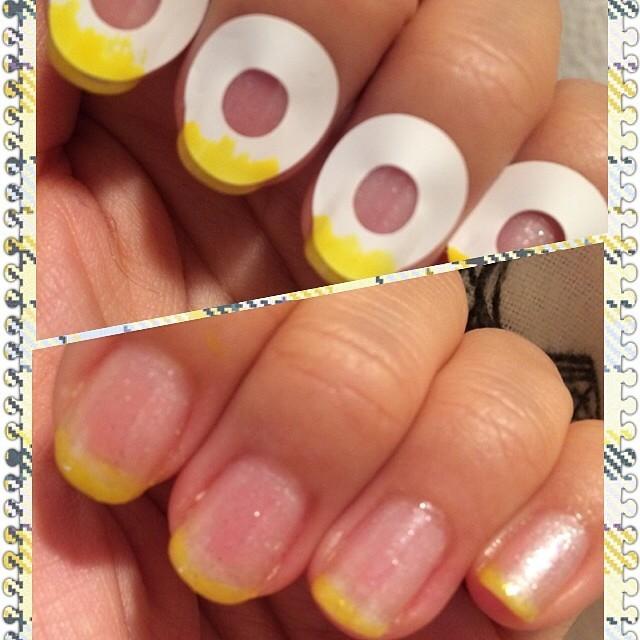 ①指先(爪先)にシールを貼ります。そして先にネイルポリッシュを塗ります。